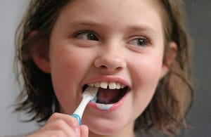 s300_960x640_Girl-brushing-teeth