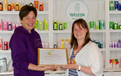 midwife-liz-gunn-being-presented-with-her-award-by-jayn-sterland-md-weleda-uk
