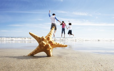 family-beach-starfishWEB